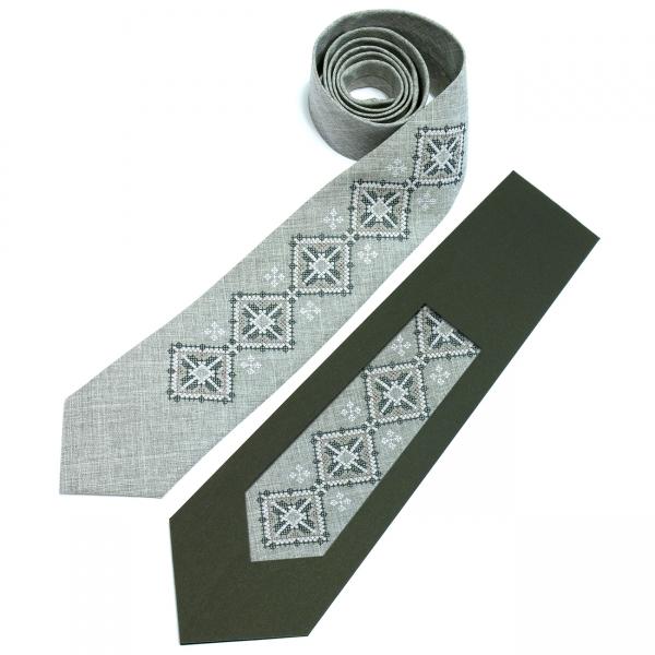 Вышитый галстук Вепр