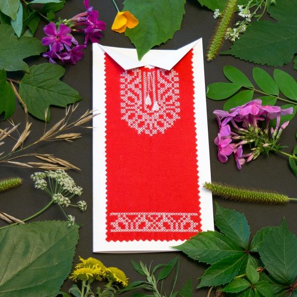 Красная вышитая открытка №618