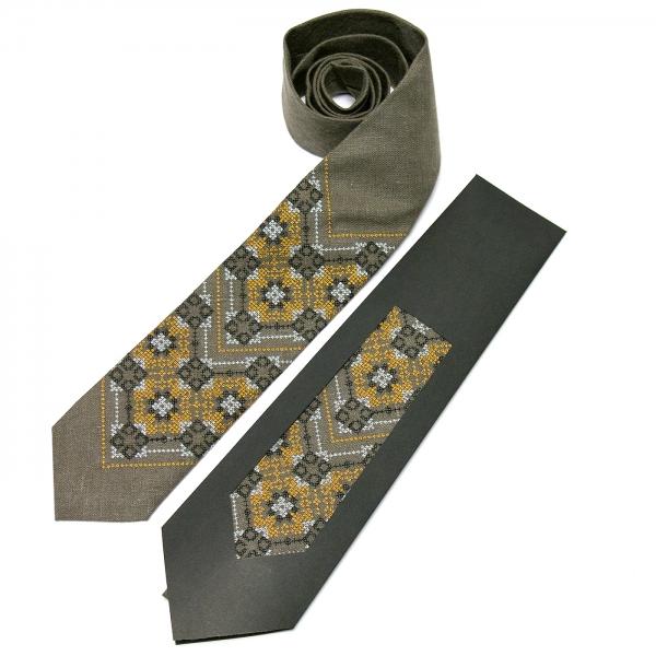 Вышитый галстук из льна №678